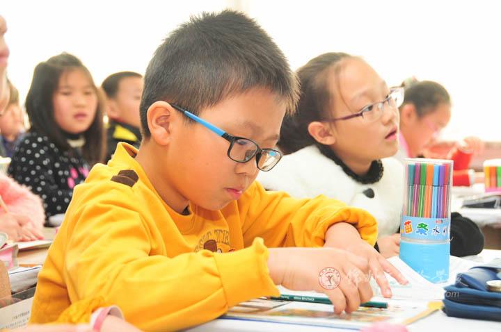 錦州市實驗學校-畫畫身邊的雷鋒——記三年一班美術