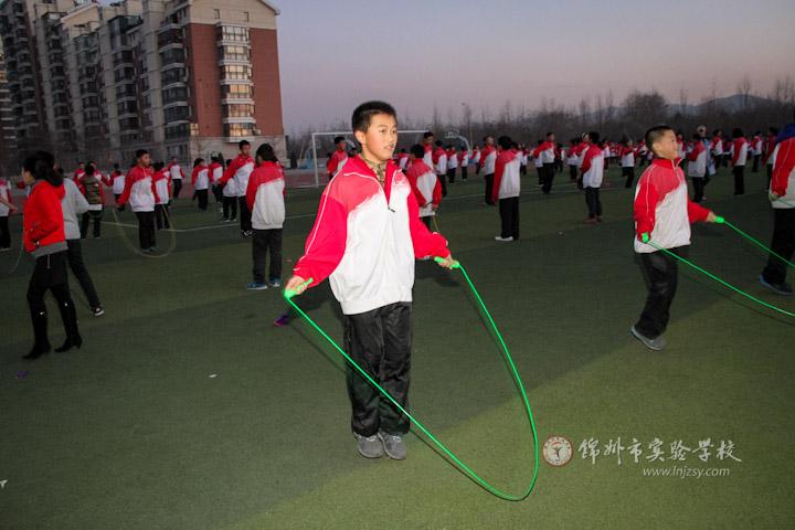 初中生冬季踢毽子,跳绳比赛开始
