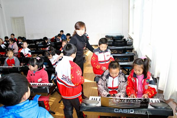 第一次去音乐教室上电子琴课,同学们满脸的喜悦.
