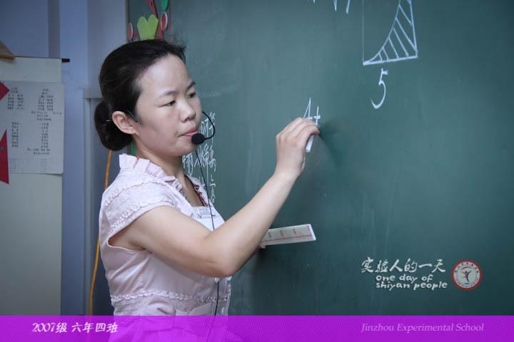 刘老师在黑板上写下的每一笔,每一划,在讲台上授课的每一个动作,都在
