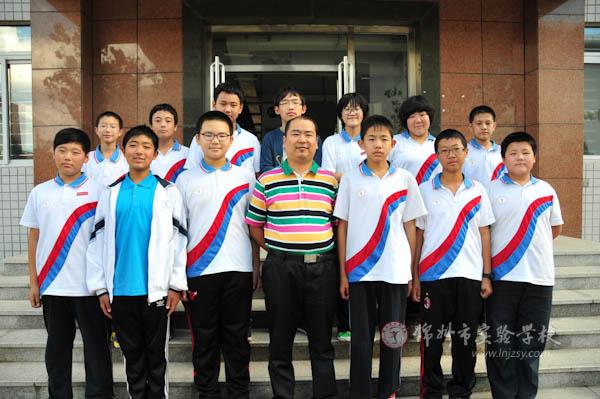 带队教师林佳与队员合影(第一排中间为林佳老师)图片